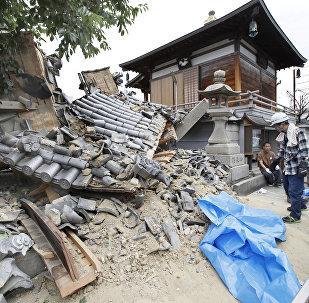 Поврежденный храм Миотоку-дзи, вызванный землетрясением в префектуре Осака на западе Японии. 18 июня 2018 года