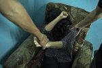 Мужчины применяют силу к девушке. Иллюстративное фото