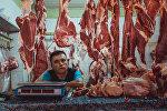 Продавец мяса ожидает клиентов на центральном рынке города Исфана. Архивное фото
