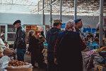 Торговые ряды центрального рынка города Исфана в Баткенской области