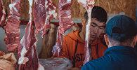 Торговля мясом на рынке. Архивное фото