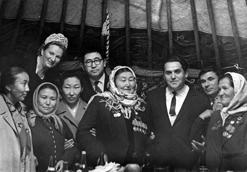 Дважды Герой Социалистического Труда Зууракан Кайназарова –– знаменитая на весь СССР свекловичница — во время празднования 1 Мая