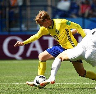 Слева направо: Эмиль Форсберг (Швеция) и Ли Дже Сон (Южная Корея) в матче группового этапа чемпионата мира по футболу между сборными Швеции и Республики Корея.