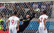 В центре: Вратарь Муэ Ассен (Тунис) в матче группового этапа чемпионата мира по футболу между сборными Туниса и Англии.