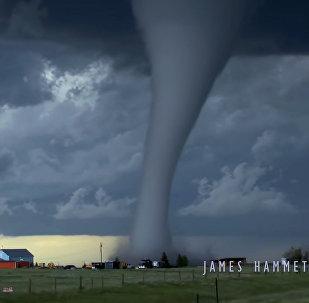 Страшно красиво! Зарождение мощного торнадо попало на видео
