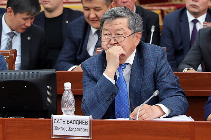 Экс-премьер-министр Жанторо Сатыбалдиев КР во время заседания в ЖК