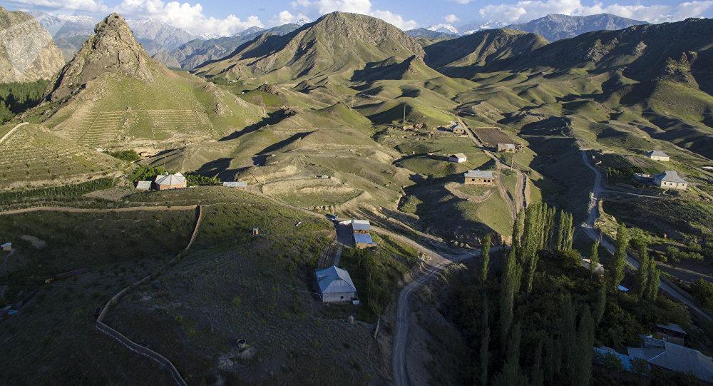Вид на поселок близ города Кадамджая с высоты. Архивное фото