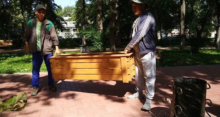 Пятьдесят деревянных вазонов украсили аллеи от улицы Киевской до Токтогула