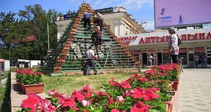 Кроме того, 970 вазонов с катарантусом установили на конструкции в форме пирамиды на пересечении проспекта Чуй и улицы Абдрахманова.