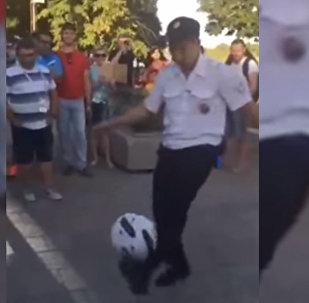 Полицейский в России стал звездой Сети, 40 раз отчеканив мяч — видео