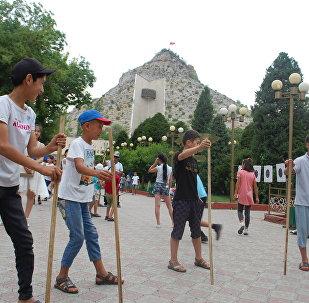 Ош шаарындагы Алымбек Датка этнокомплексинде Балдардын оюн кербени долбоорунун алкагында жеткинчектер үчүн улуттук оюн-зооктор тартууланды