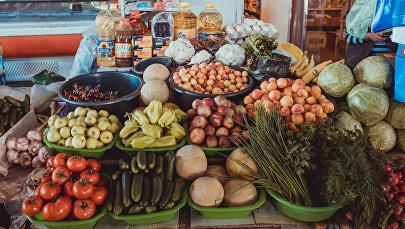 Торговля овощами и фруктами на рынке. Архивное фото