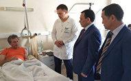 Министр внутренних дел Кашкар Джунушалиев по поручению премьера Мухамметкалыя Абылгазиева навестил пострадавших от автонаезда, совершенного таксистом из Кыргызстана