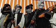 Боевики радикального движения Талибан стоят со своим оружием. Архивно фото