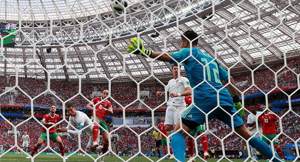 Справа: вратарь Мунир Эль-Кажуи (Марокко) в матче группового этапа чемпионата мира по футболу между сборными Португалии и Марокко.