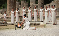 Актеры во время церемонии зажжения олимпийского огня в Древней Олимпии на полуострове Пелопоннес. Архивное фото