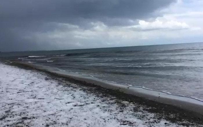 Июнь удивляет — берег Иссык-Куля усыпан градом. Видео очевидца