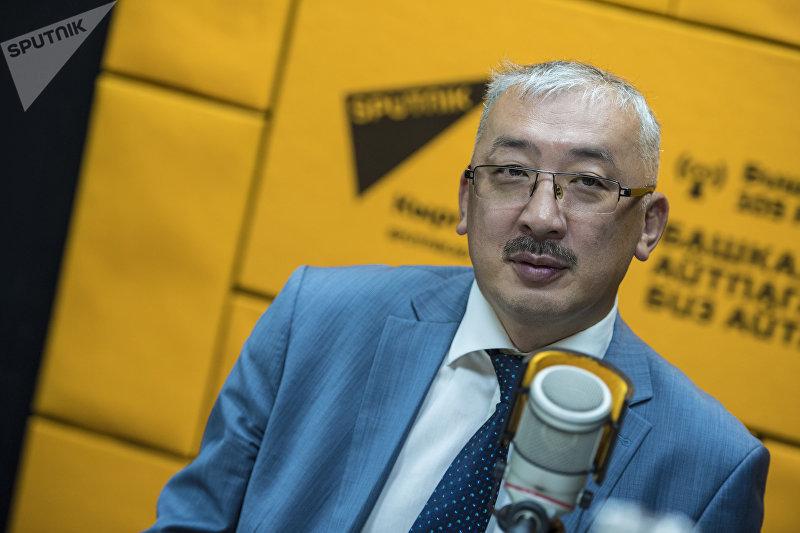 Председатель Госкомитета промышленности, энергетики и недропользования КР Уланбек Рыскулов во время беседы на радио Sputnik Кыргызстан
