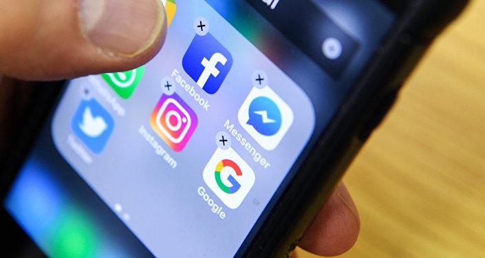 Иконки приложений Facebook, Instagram, Twitter и Google на экране смартфона. Архивное фото