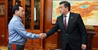 Президент Кыргызстана Сооронбай Жээнбеков во время встречи с министром внутренних дел Кашкаром Джунушалиевым