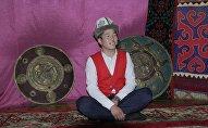 Улуу Манас баянын жар салган 40 күндүк иш-чара соңуна чыгып, Бишкек шаарында жаш манасчылардын ичинен мыктылар аныкталды