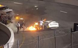 В пламя с головой — отец вытащил сына-гонщика из горящего автомобиля. Видео