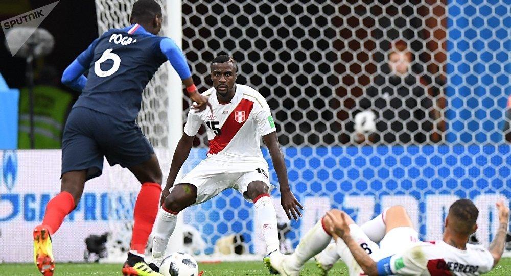 Слева направо: Поль Погба (Франция), Кристиан Рамос и Паоло Герреро (Перу) в матче группового этапа чемпионата мира по футболу между сборными Франции и Перу.