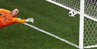 Вратарь Вильфредо Кабальеро (Аргентина) пропускает гол в матче группового этапа чемпионата мира по футболу между сборными Аргентины и Хорватии.