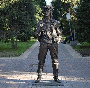 Памятник рок-музыканту Виктору Цою в Алматы