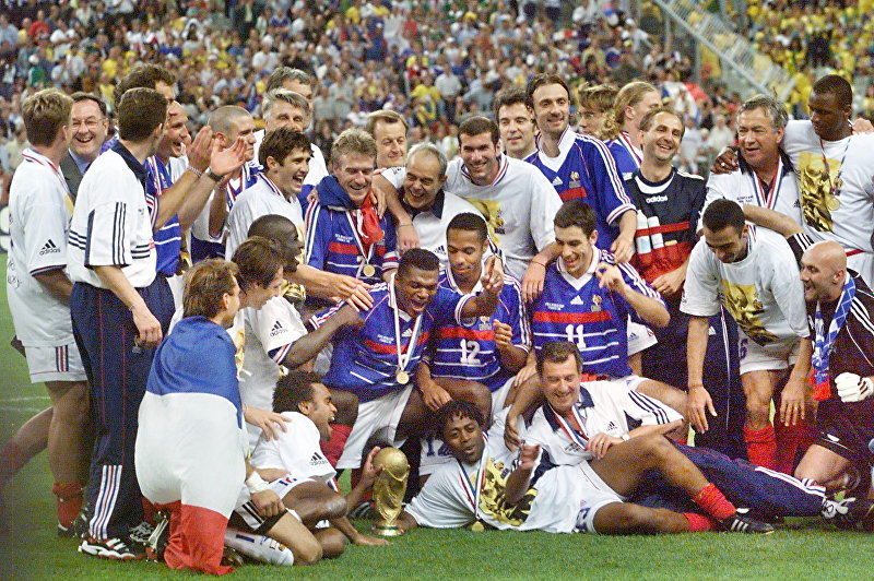 Французская команда празднует с трофеем ФИФА на Stade de France в Сен-Дени