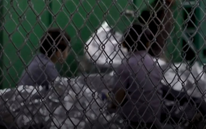 Капаста кармалган, ыйлаган бөбөктөр. АКШдагы мигранттардын балдары тартылган видео