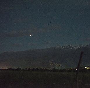 Планета Марс в небе над Бишкекеом