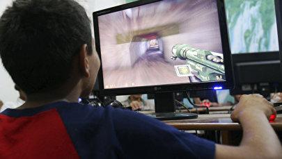 Мальчик играет на компьютере. Архивное фото