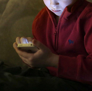 Мальчик со смартфоном. Архивное фото