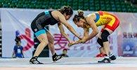 Кыргызстанский борец вольного стиля Айсулуу Тыныбекова во время схватки с Ванг Юан (Китай) на международном турнире по женской борьбе China Open в Китае