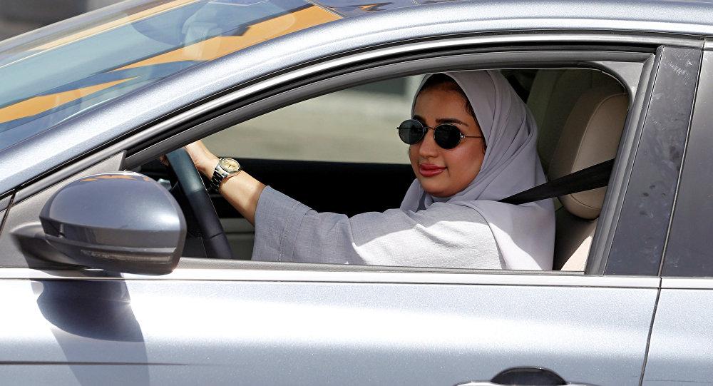 Сауд Аравиясындагы аял айдоочу. Архив