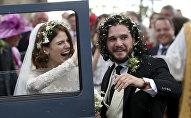Звезды сериала Игра престолов Роуз Лесли и Кит Харингтон в субботу сыграли свадьбу в Шотландии.