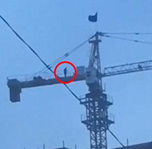 Жумушчу курулуштагы кранга чыгып алып намаз окуганда... Бишкекте тартылган видео