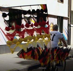 Флаг Германии из трусов и бюстгальтеров сделал фанат футбола. Видео