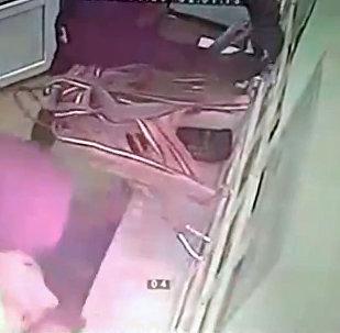 Привязали к решетке трос и вырвали — видео дерзкого ограбления под Бишкеком