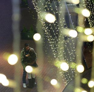 Пара в торговом центре. Архивное фото