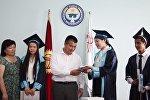 Ош шаарынын мэри Айтмамат Кадырбаев өзгөчө сертификатка ээ болгон калаа окуучулары менен алардын ата-энелерин кабыл алганын мэриядан билдиришти