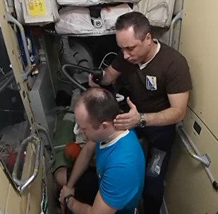 А вы знаете, как космонавты подстригаются? Панорамное видео