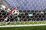 Жерар Пике (Испания) в матче группового этапа чемпионата мира по футболу между сборными Испании и Марокко.
