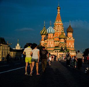Горожане и туристы на Красной площади в Москве. Архивное фото