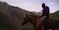 Всадник с ружьем сфотографированный в природоохранной зоне Таласской области