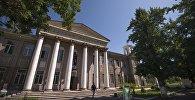 Здание театра юных зрителей имени Бакен Кыдыкеевой в Бишкеке