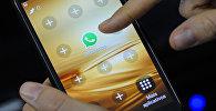 Иконка WhatsApp на экране телефона. Архивное фото
