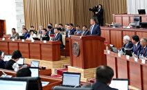 Кыргыз Республиканын президенти Сооронбай Жээнбеков Жогорку Кенештин жыйналышында. Архив