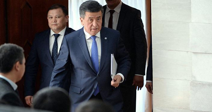 Президент Кыргызстана Сооронбай Жээнбеков перед выступлением на заседании ЖК